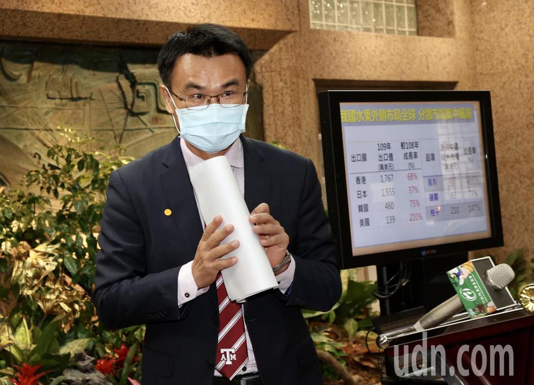 農委會主委陳吉仲表示,國人消費支持鳳梨,就快追平去年我國鳳梨外銷中國大陸的數量。...