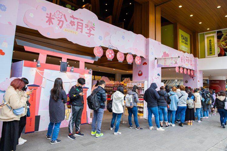 迪士尼粉萌季期間限定店台北店今日開幕,吸引民眾排隊進場。圖/邁思娛樂提供