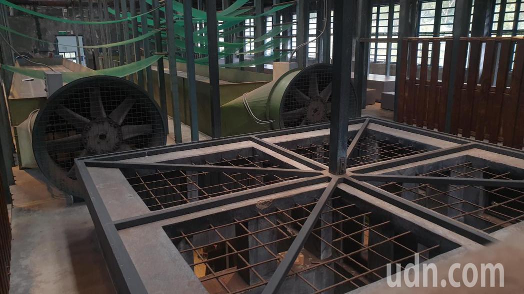 老茶廠保留原有的的天井,讓乾燥機器產生的熱氣可以從天井排除。記者鄭國樑/攝影