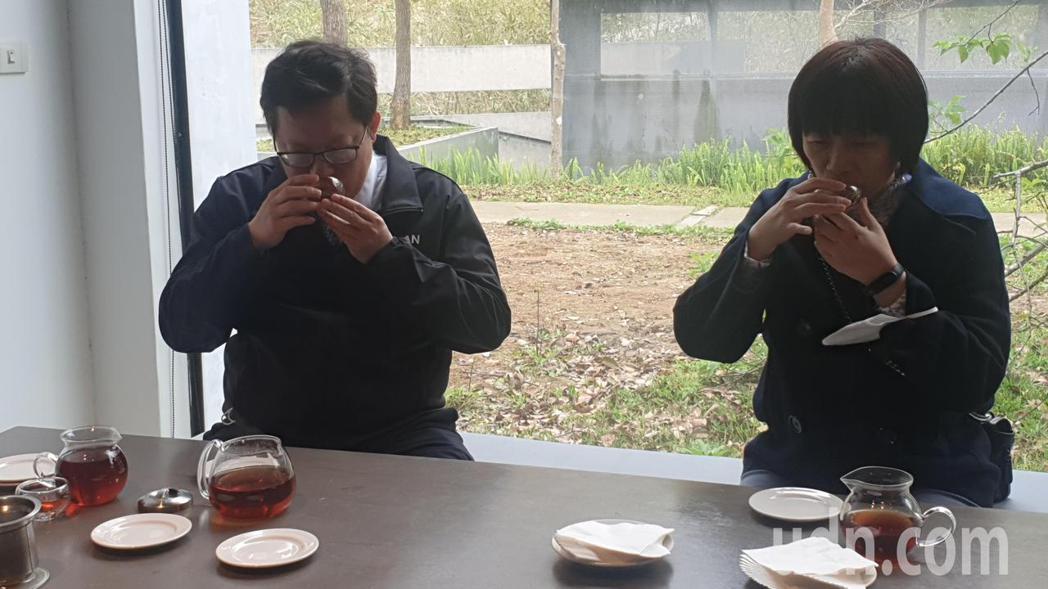 鄭文燦市長和台灣農林公司總經理林金燕品茗。記者鄭國樑/攝影