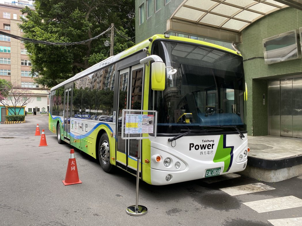 由大同、唐榮、四方合作推出的電動巴士。  記者康陳剛/攝影
