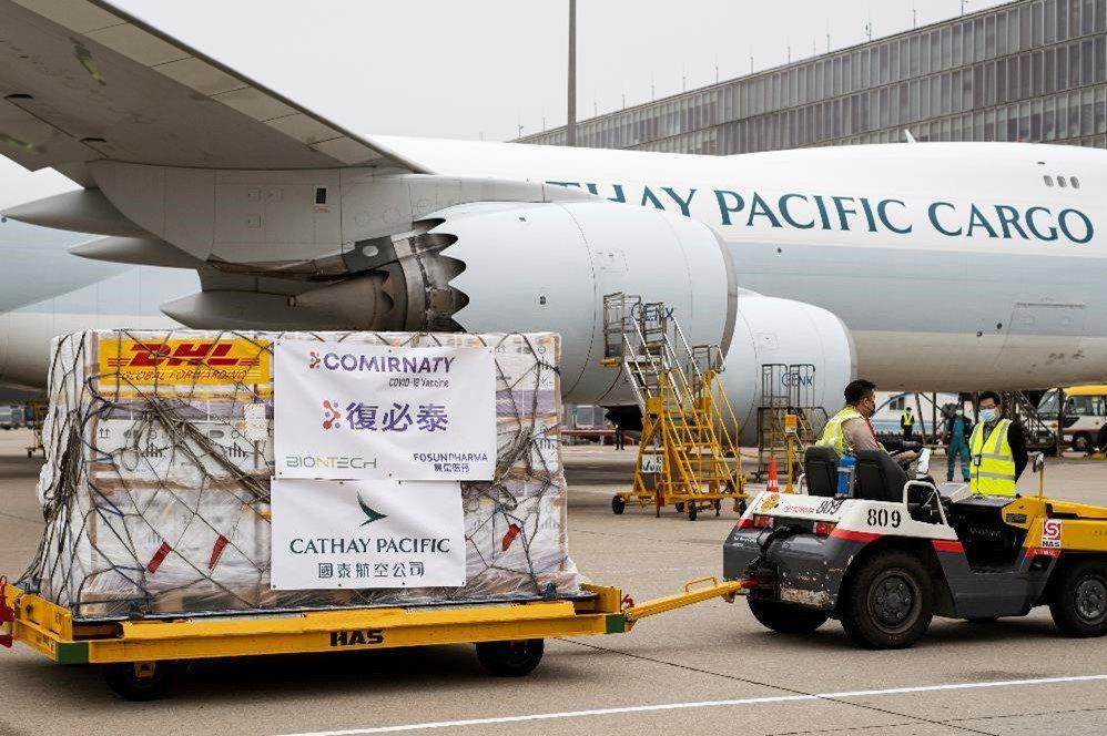 國泰航空已經成功空運首批復星醫藥/BioNTech疫苗抵達香港,發揮其在冷凍鏈運...