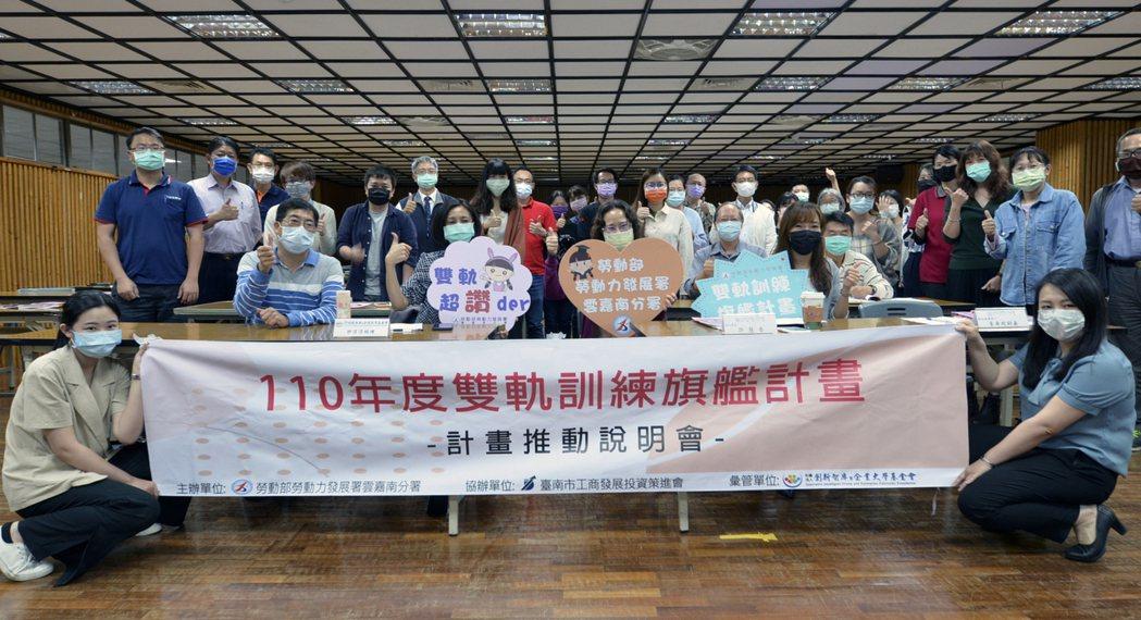 迎盛公司總經理曾麗芳(左)認為,雙軌訓練計畫能為業界培養技術專才,也解決業界找不...