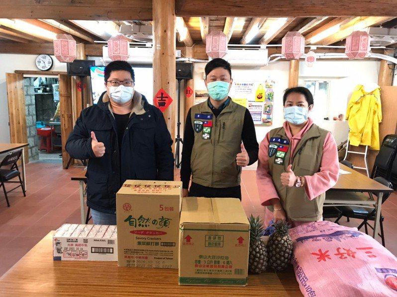 黨部主委李問(中)也加碼贈送每一個社協兩顆鳳梨,並表示,最近中國大陸停止進口台灣鳳梨,希望更多馬祖鄉親可以一起支持本土水果。圖/民進黨連江縣黨部