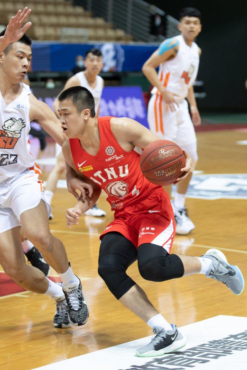 台師大陳又瑋(右)三分球5投3中攻下全場最高19分。記者季相儒/攝影