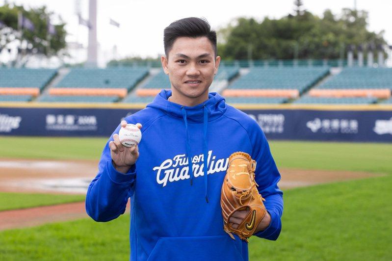 江少慶與富邦悍將隊簽下自行培訓合約。記者季相儒/攝影