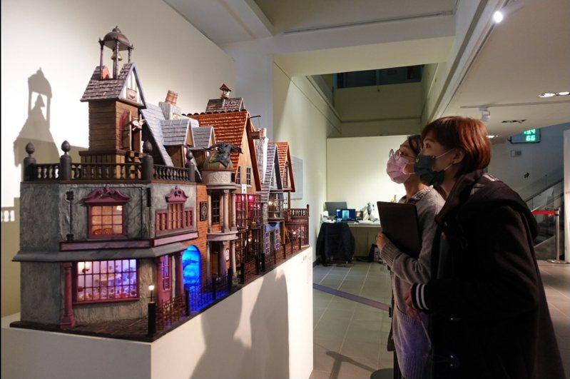 英國的袖珍屋藝術家Gerry Welch,即日起在中原大學舉辦首次亞洲個展,盛大展出13件袖珍屋創作。圖/中原大學提供