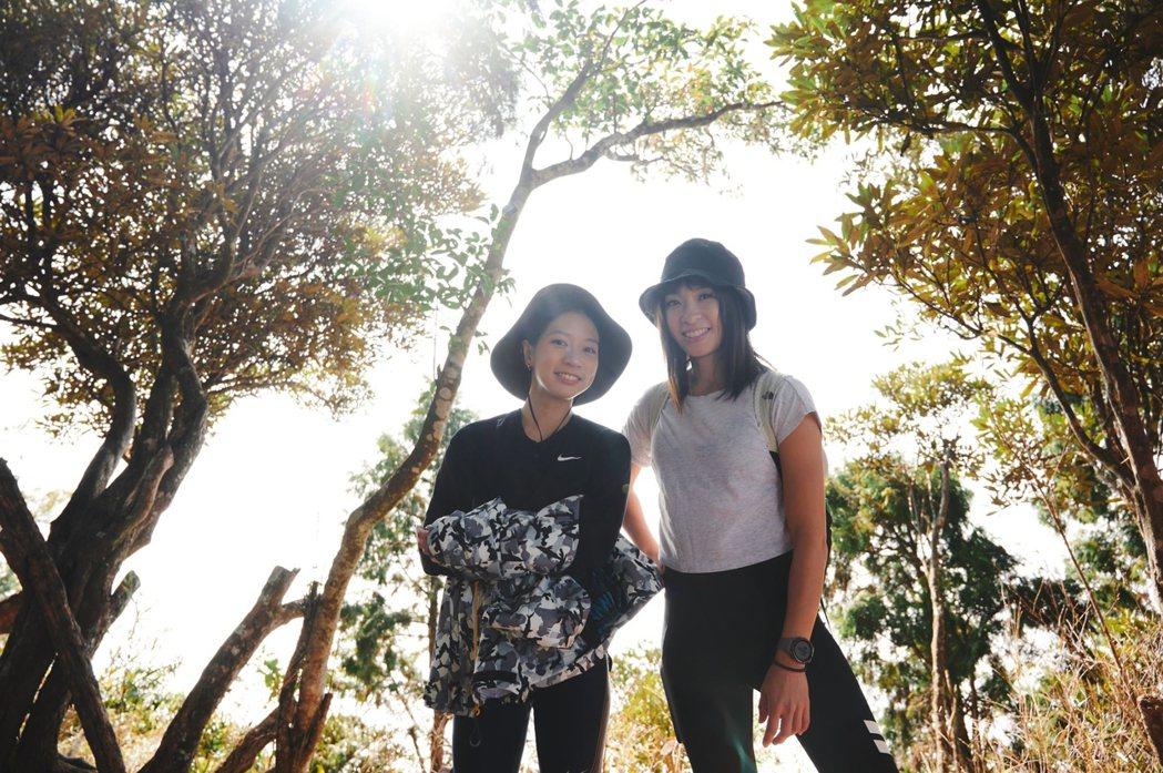 陳妤(左)上段慧琳的網路節目「女力出走」。圖/民視提供