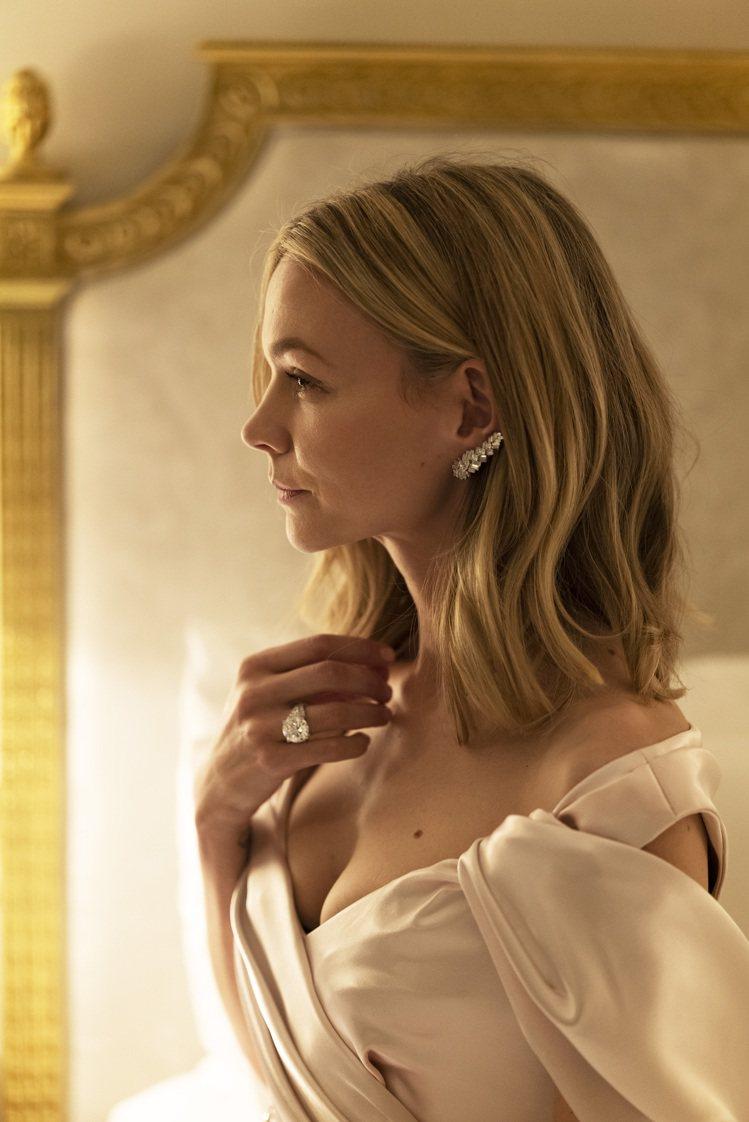 入圍劇情類最佳女主角的凱莉穆里根配戴卡地亞珠寶出席金球獎線上紅毯。圖/卡地亞提供