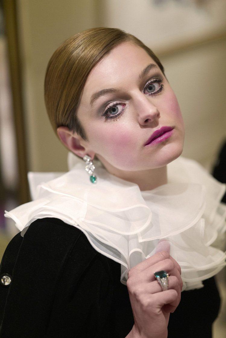 劇情類影集最佳女主角艾瑪科林配戴卡地亞珠寶出席金球獎線上紅毯。圖/卡地亞提供