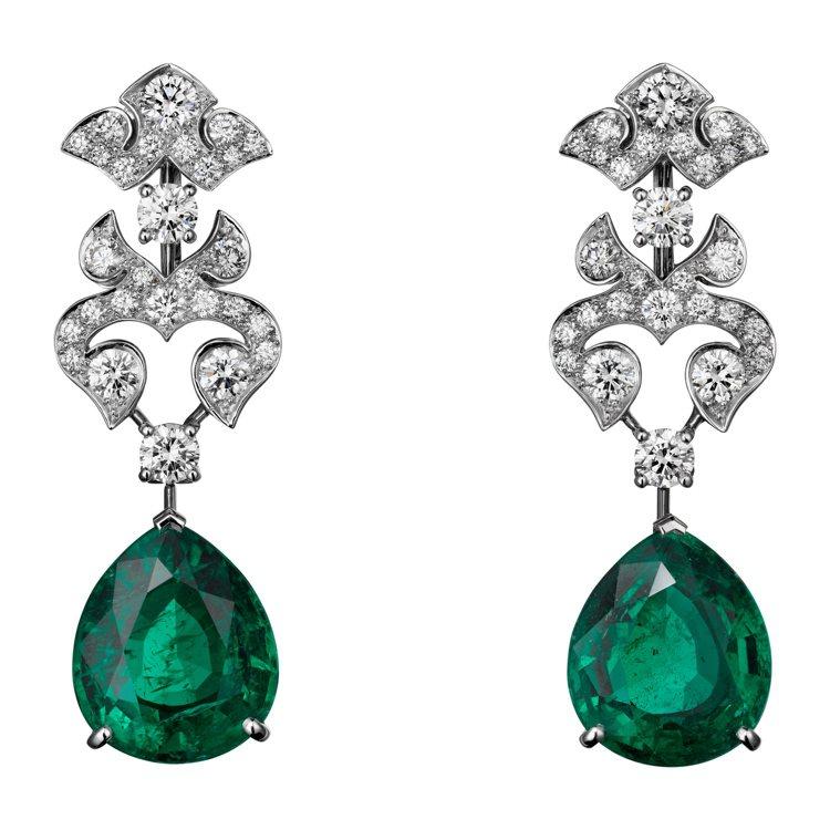 艾瑪科林配戴的卡地亞頂級珠寶系列祖母綠耳環,鉑金鑲嵌5.20克拉及5.16克拉的...