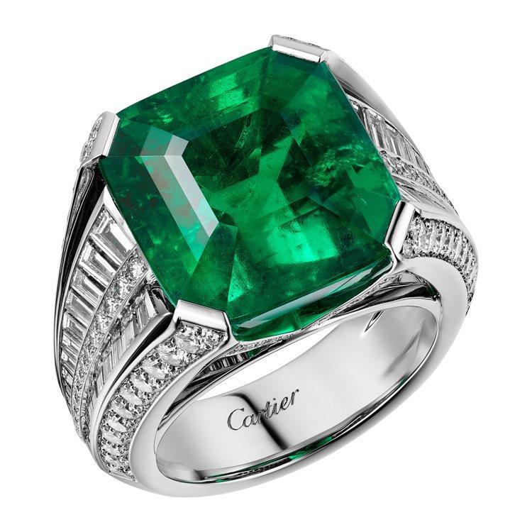 艾瑪科林配戴的卡地亞頂級珠寶系列祖母綠戒指,鉑金鑲嵌祖母綠與鑽石。圖/卡地亞提供