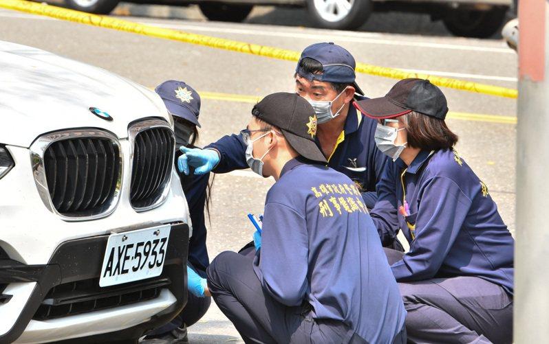 警方今在高雄市明誠四路開了19槍,車身左前葉子板滿布彈孔,李姓嫌犯中彈送醫不治,鑑識人員釐清車身彈道。記者張議晨/攝影