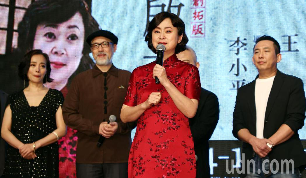 王月述說被導演李小平說服演出「二大媽」一角的過程時數度哽咽,記者會現場瀰漫悲喜交...