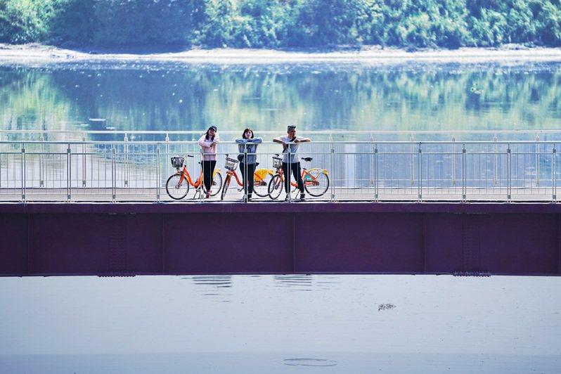 新莊塔寮坑溪至新海橋河濱自行車道新建4米寬跨河橋,優化騎乘風光也增加安全性。圖/新北市政府高灘地工程管理處提供