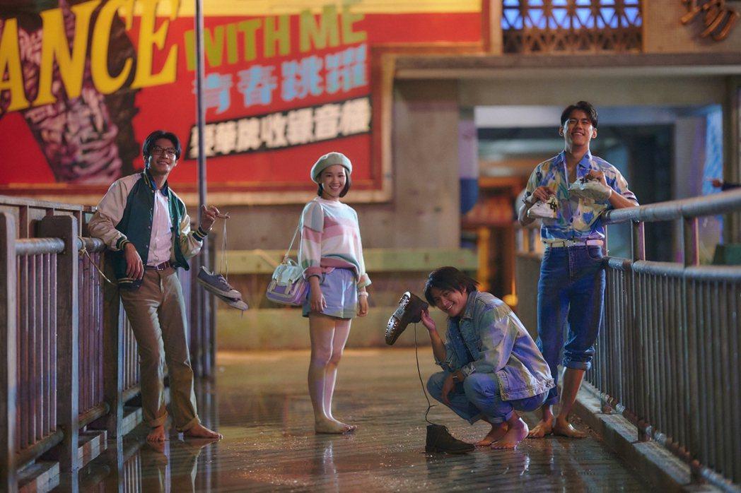 宋柏緯(左起)、盧以恩、羅士齊、朱軒洋在「天橋上的魔術師」中展現青春活力。圖/公