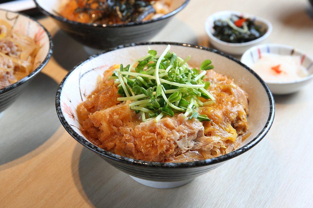 銀座杏子豬排推出「里肌豬排丼飯」商業午餐,每份270元。記者陳睿中/攝影