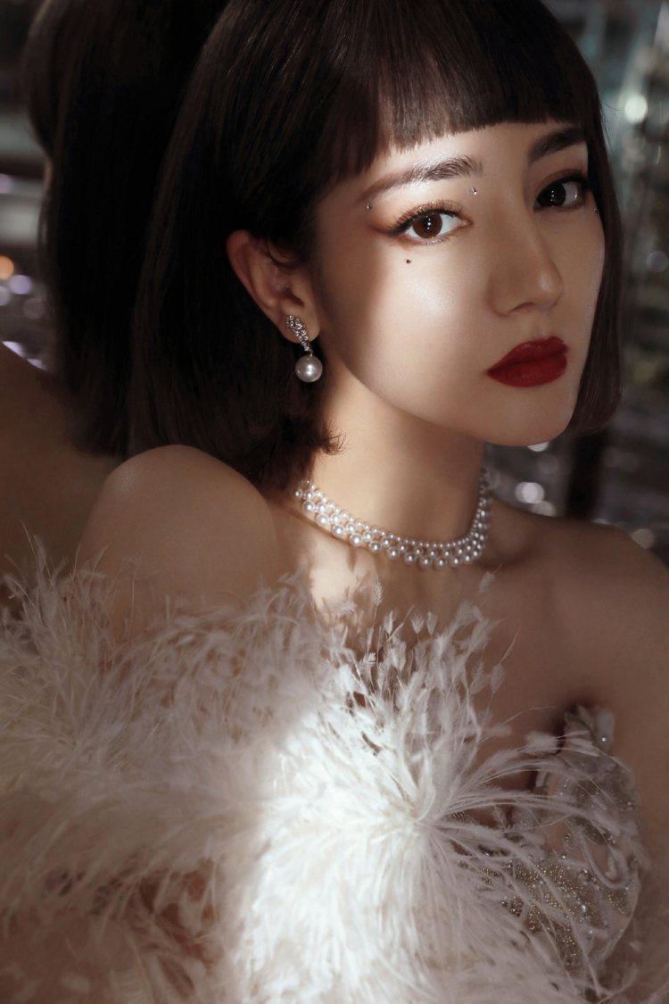 MIKIMOTO亞洲代言人迪麗熱巴配戴珍珠鑽石珠寶出席2020的微博之夜紅毯。圖...