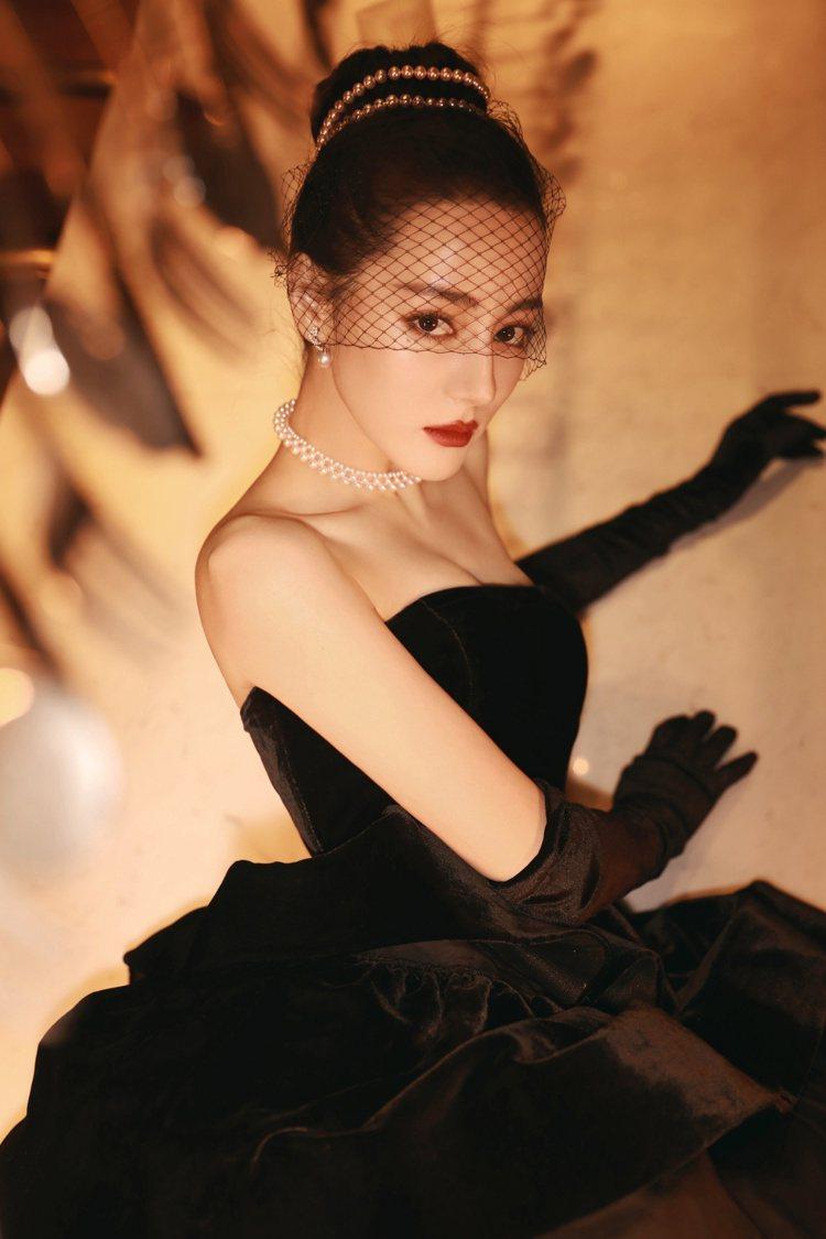 MIKIMOTO亞洲代言人迪麗熱巴配戴珍珠鑽石珠寶出席2020的微博之夜頒獎典禮...