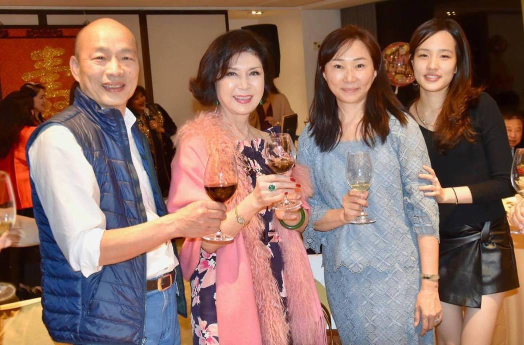 韓國瑜(左起)一家三口李佳芬、韓冰出席白嘉莉(左二)的生日宴。圖/摘自臉書