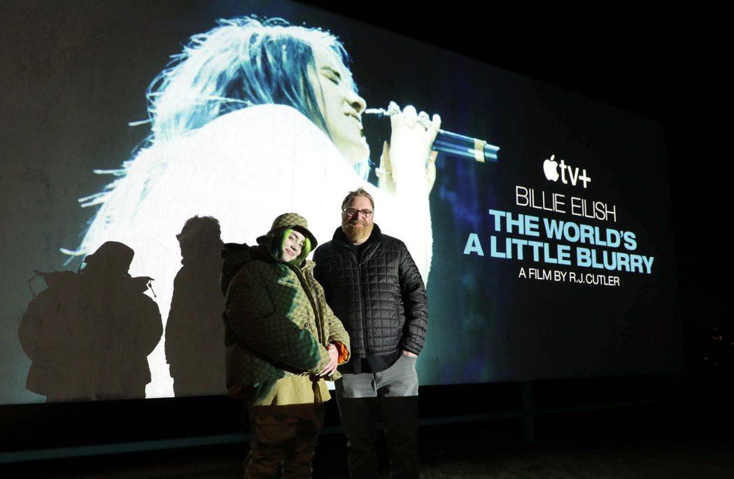 怪奇比莉(左)與導演R.J.卡特勒(右)日前出席紀錄片首映會。圖/Apple T...