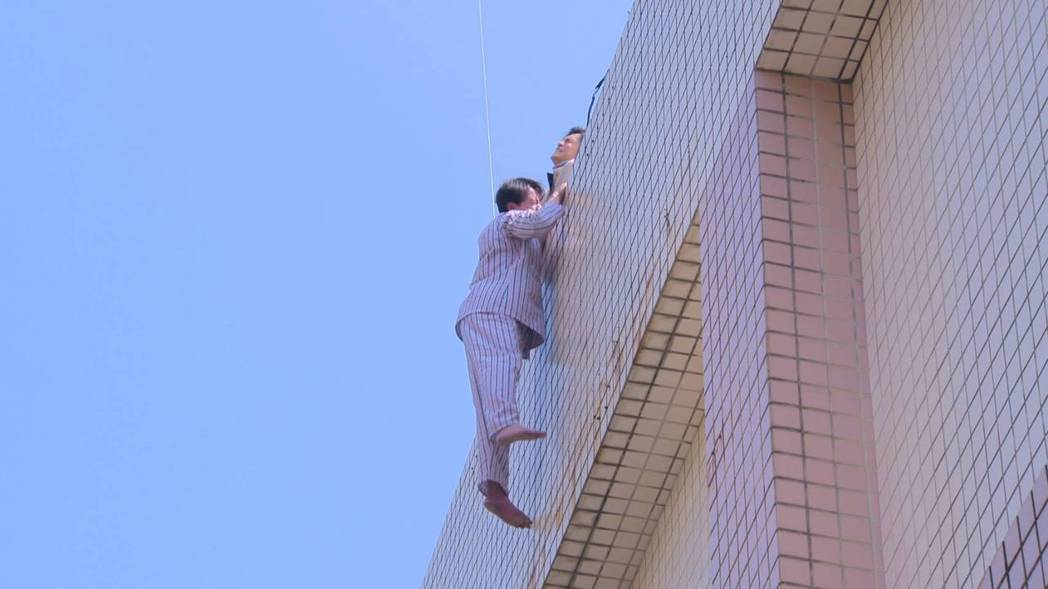 黃文星在「多情城市」拍攝墜樓戲。圖/民視提供