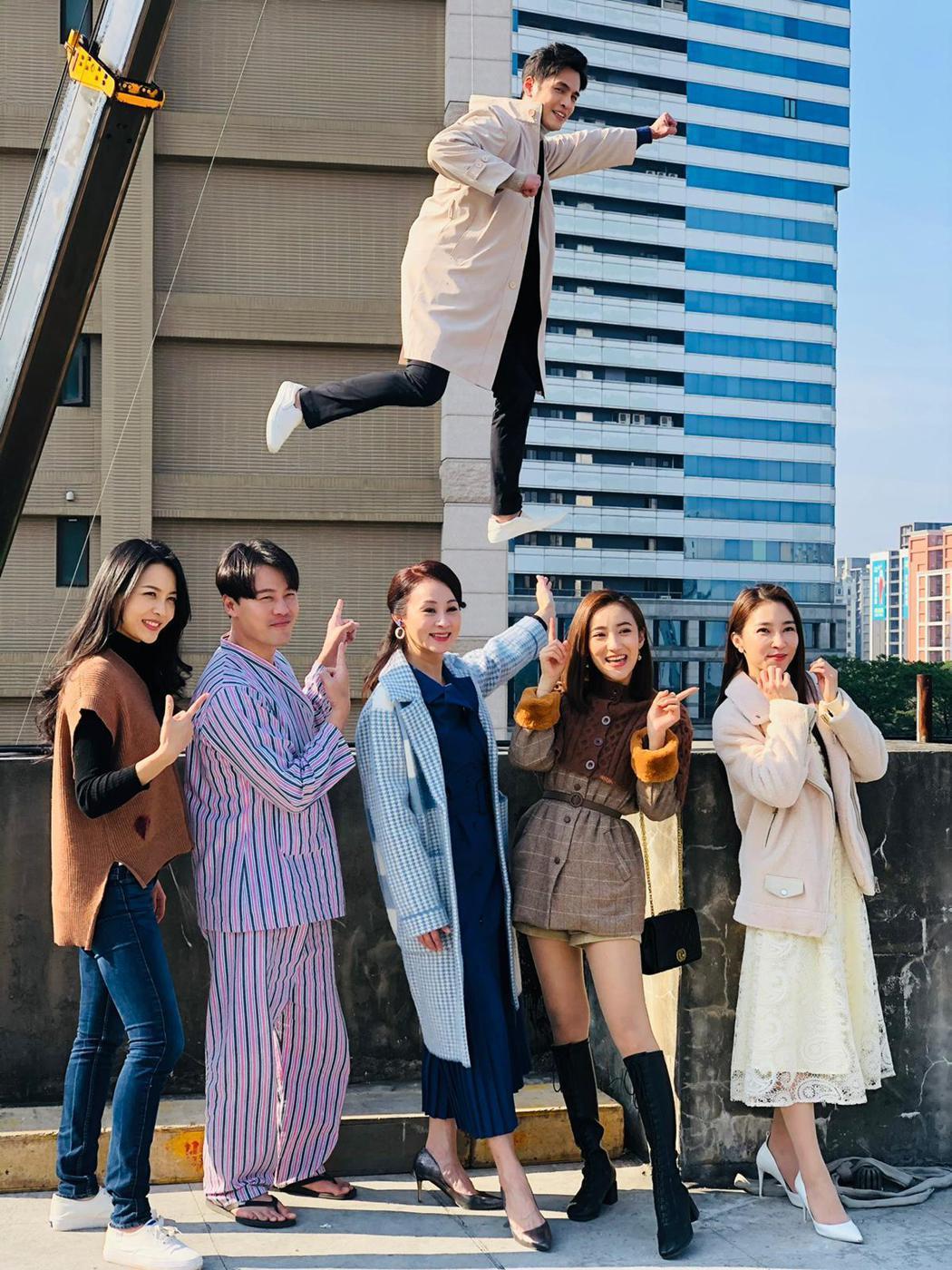 何蓓蓓(左起)、黃文星、兵家綺、夏宇禾、張家瑋、Gino拍攝「多情城市」吊鋼絲墜...
