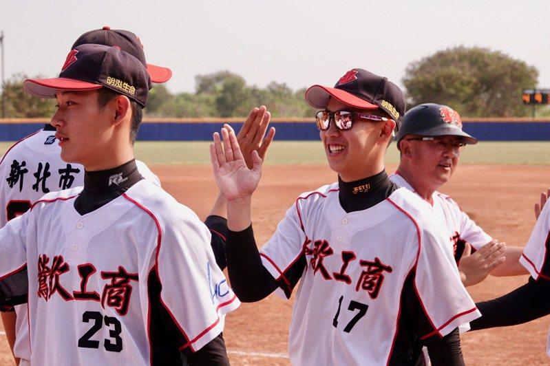 109學年度高中木棒聯賽,鶯歌工商蔡誥翔(17號)敲出場內全壘打。記者蘇志畬/攝影