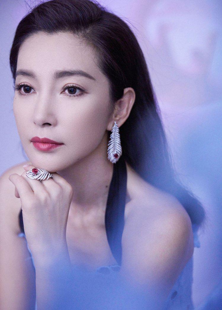 保養得宜的李冰冰凍齡有術,並在出席「微博之夜」時選擇以Boucheron珠寶造型...