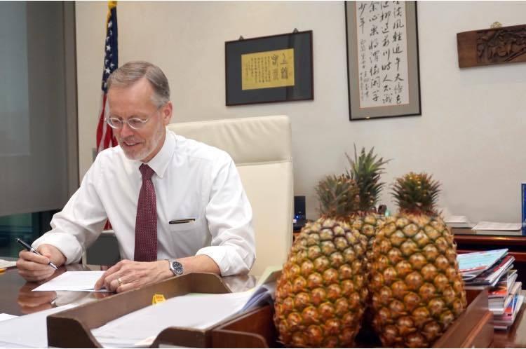 AIT挺台灣鳳梨,處長酈英傑的辦公桌上有三顆鳳梨。圖/取自AIT臉書