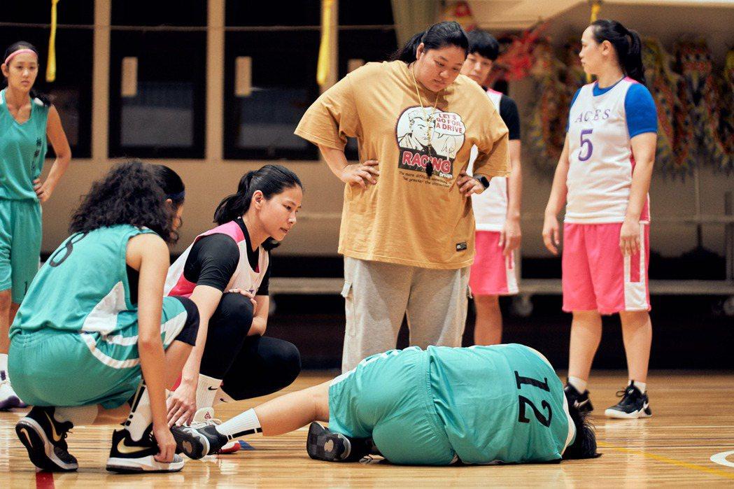 「女孩上場」請來前職籃球員馬怡鴻(左起)客串演出,蔡嘉茵飾演女籃球隊教練。圖/客