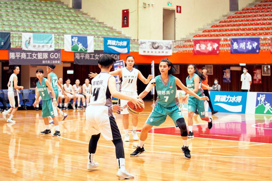 「女孩上場」中由真正的女籃球員變演員,每一球都是來真的。圖/客家台提供