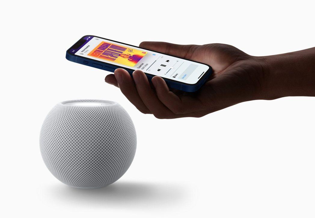 看好智慧音箱成為智慧家庭的重要核心設備,電信三雄積極布局。圖為蘋果HomePod...