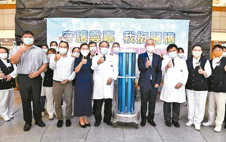 聯電與鼎眾聯手捐贈3台紫外線消毒機器人予大林慈濟醫院。聯電/提供