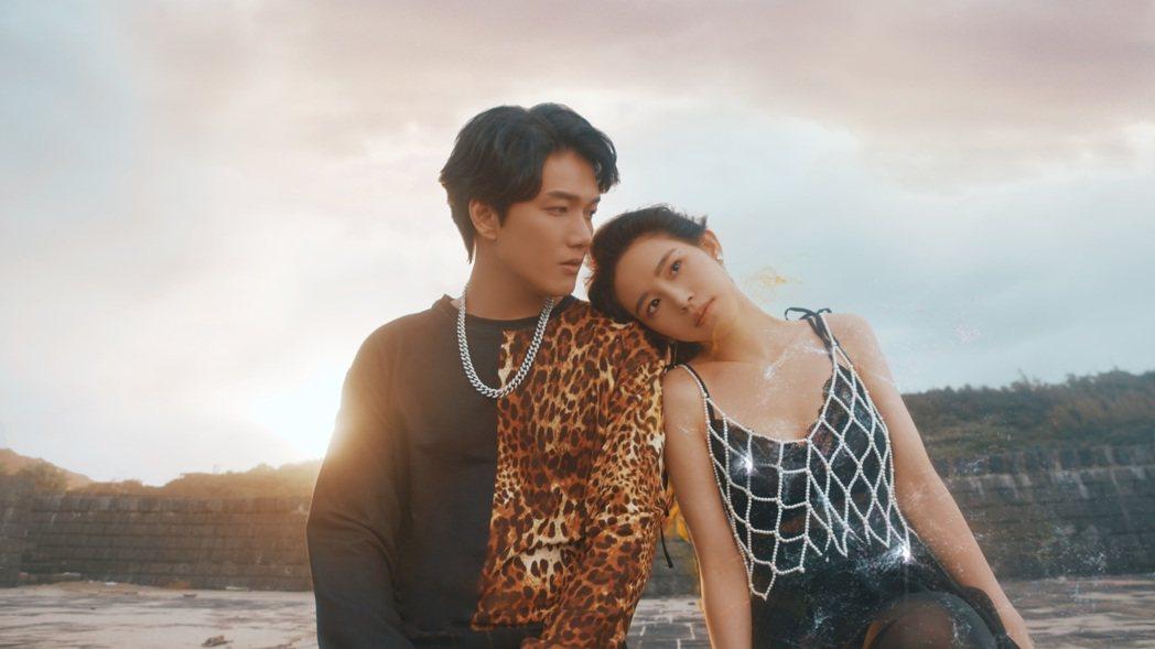 陳傑瑞(左)「依然愛你」MV,邀來長相神似神劇「權力遊戲」龍后的名模APUPUC...