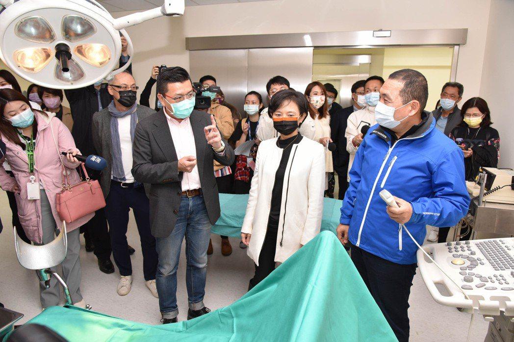 柯泓志(前排左)帶張文櫻(中)及侯友宜(右)參觀手術室。圖/翔聲提供