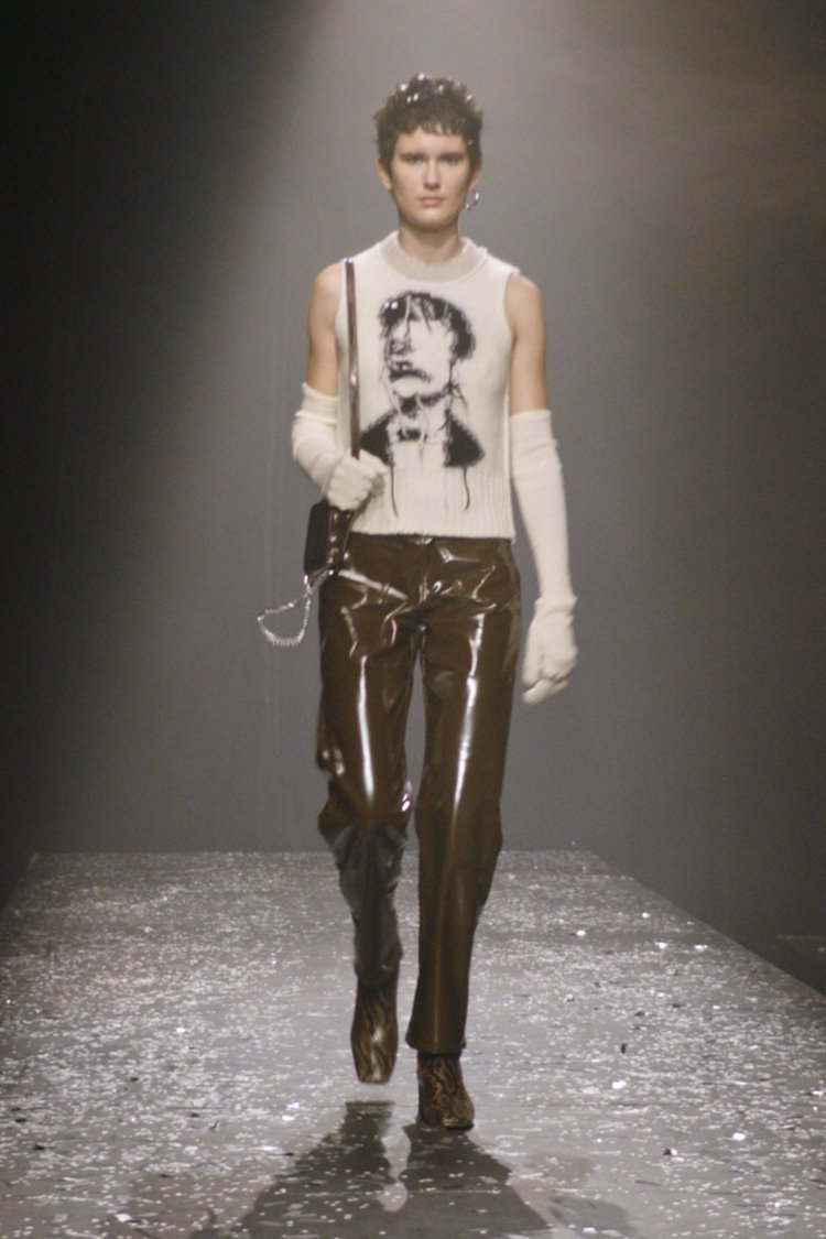 黑白嵌花無袖針織上衣、鱷魚皮印刷包、棕色蟒蛇紋小牛皮踝靴。圖/MM6 Maiso...