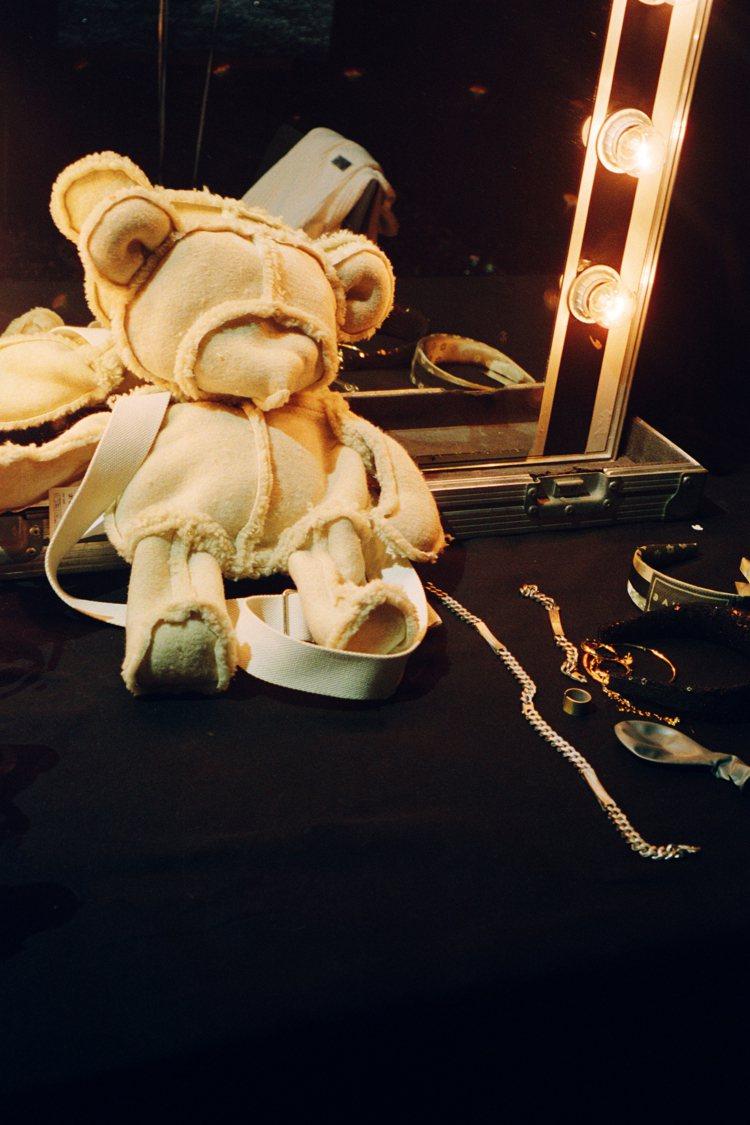 反轉拉鍊泰迪熊包是秋冬季點睛配件。圖/MM6 Maison Margiela提供