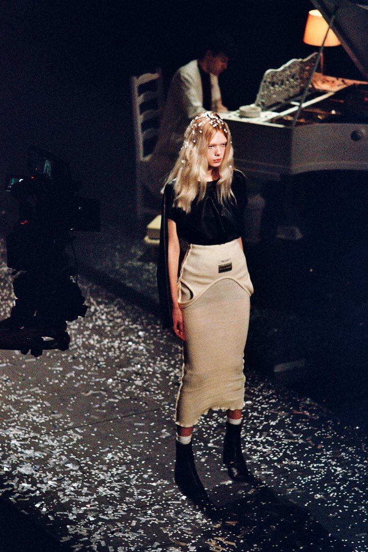 MM6 Maison Margiela本季以上下顛倒等錯置,帶來解構服裝的樂趣。...