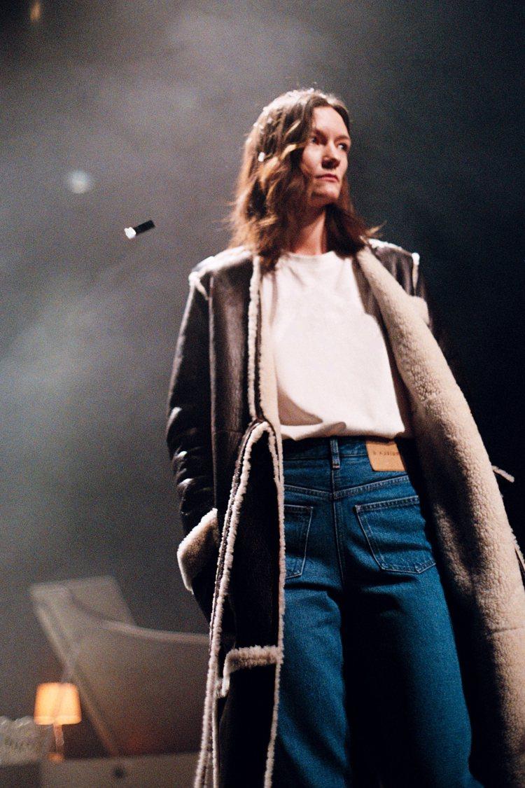 牛仔褲前後翻轉,也是「翻玩衣櫃」的設計之一。圖/MM6 Maison Margi...