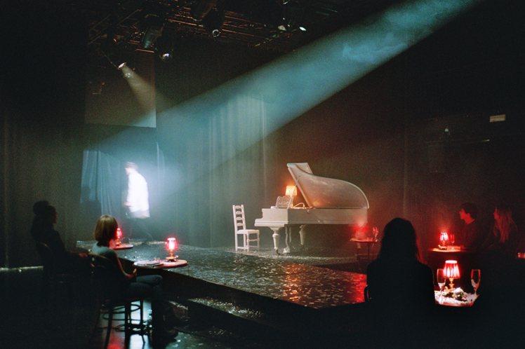 秋冬時裝發表以1920年代法國的歌舞表演方式呈現,並且以鋼琴曲作為配樂。圖/MM...