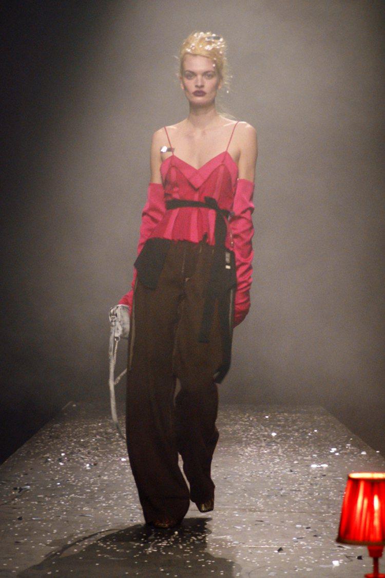 口袋內外翻轉帶來女裝的帥氣感。圖/MM6 Maison Margiela提供