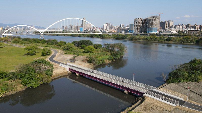 新莊塔寮坑溪至新海橋河濱自行車道新建4米寬跨河橋,優化騎乘風光也增加安全性。圖/新北高灘處提供