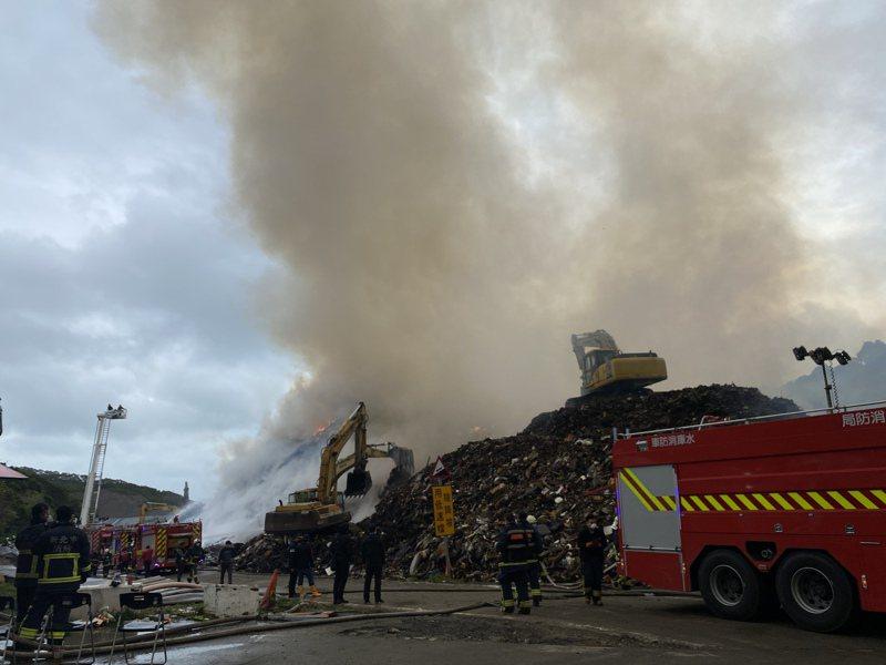 八里掩埋場從2月28日起發生火警後,仍在悶燒,初步研判是乾電池自燃引發火警。圖/新北環保局提供