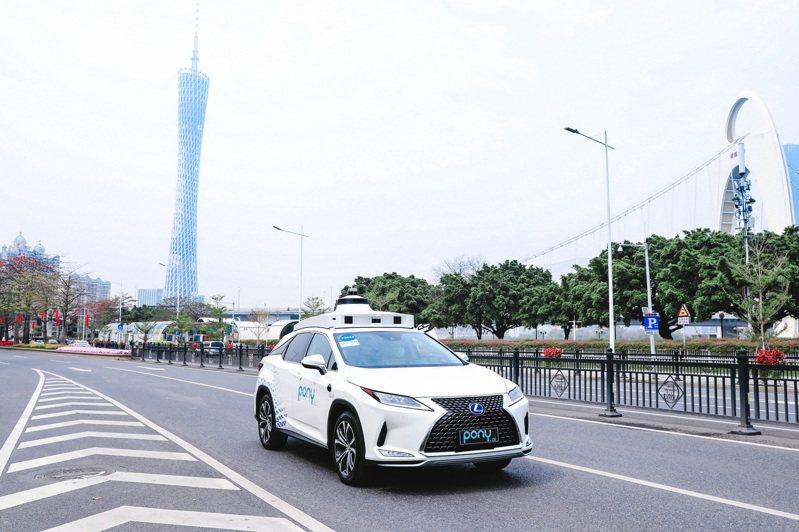 廣州南沙擬全域開放測試道路。圖為小馬智行首批從標準化生產線下線自動駕駛汽車在廣州中心城區道路進行路測展示。(中新社)