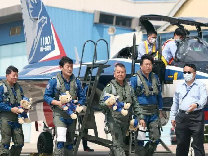 漢翔公司董事長胡開宏(中)昨天試飛勇鷹新式高教機。記者曾原信/攝影