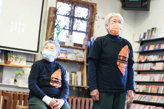 陳英阿嬤(左)與仙女嬤唱民謠都中氣十足,不用看字幕。記者吳致碩/攝影