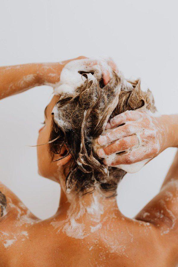 建議大量落髮的人最好間隔2至5天的時間再洗頭。  圖/pexels