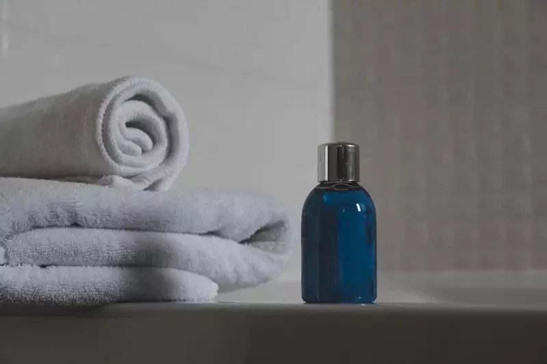 使用溫和不刺激的清潔產品洗髮,為頭皮保濕。 圖/pexels