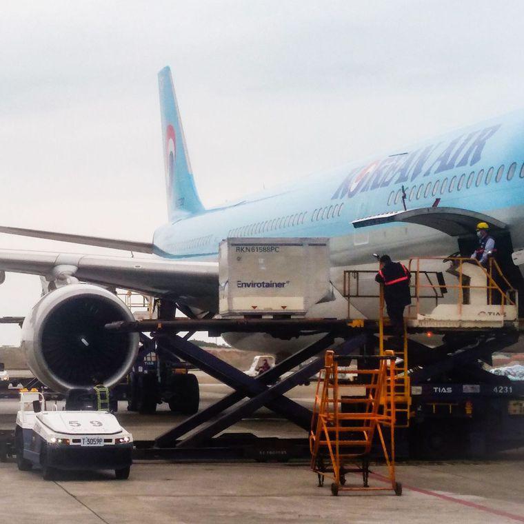 牛津(AZ)疫苗,上午10時25分搭乘大韓航空運抵台灣桃園機場。圖/讀者提供
